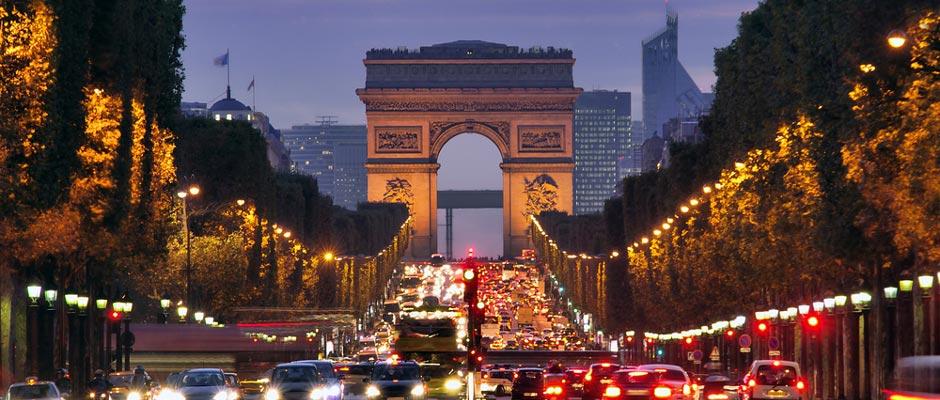 Auto's en bussen bij Arc de Triomphe