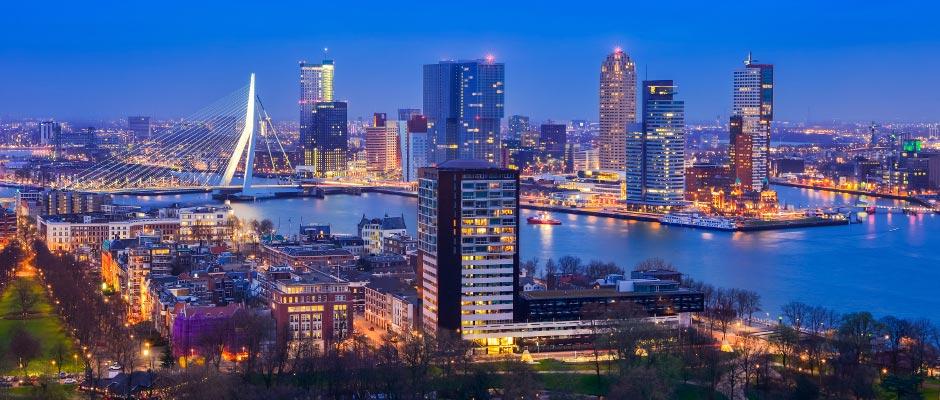 Skyline van Rotterdam in de nacht