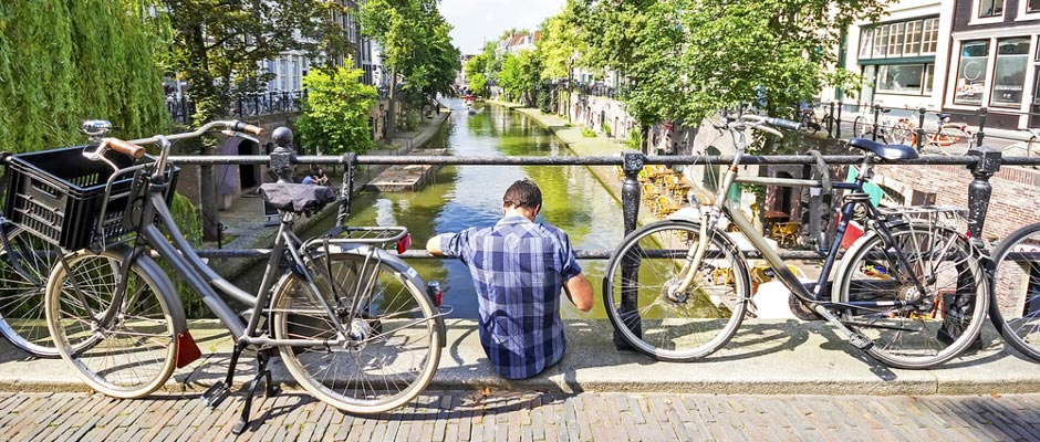 Brug met man over gracht in Utrecht