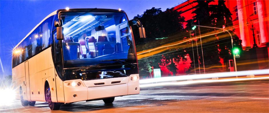 Fernbus auf Straße