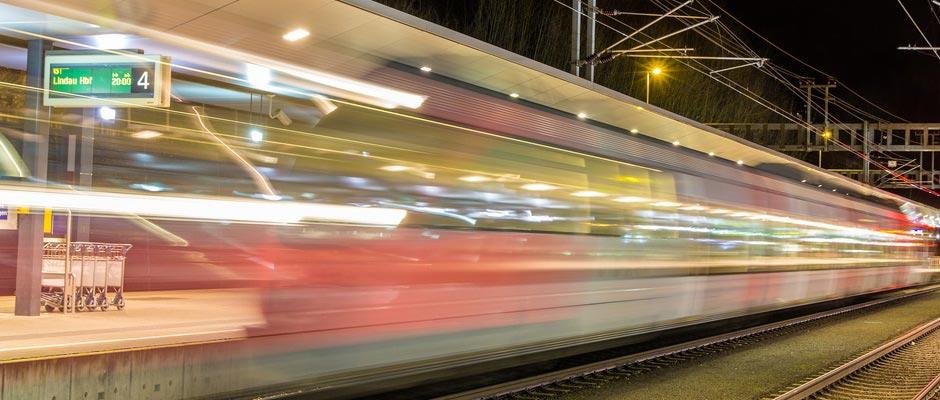 Bahnhof mit Zügen bei Nacht